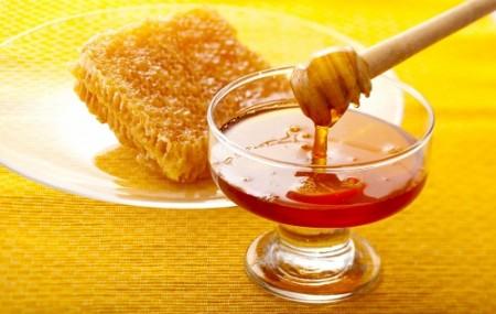 انگبینها مواد شیرینی هستند که به طور طبیعی بهصورت صمغیشکل روی درختچههای خاردار تشکیل میشوند. این مواد از دیرباز به عنوان داروی شفابخش و اکسیری برای جوان ماندن و طول عمر و غذای مقوی برای تندرستی و شادابی استفاده میشدهاند. امروزه نیز بهجای شکر و قند مصنوعی از انگبینها در گزهای اصیل استفاده میشود. ترنجبین، […]